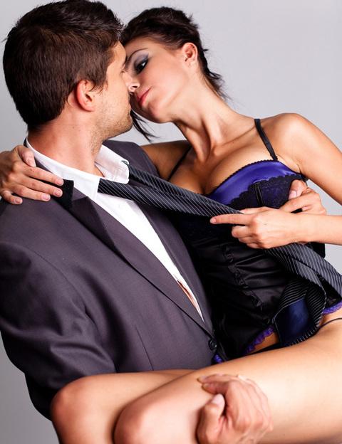 ¿Estás loca por él y necesitas mucho más sexo? ¿Tu pareja lleva una época de mucho estrés y la libido baja? ¿Lleváis tiempo sin veros? ¿Quieres sorprenderle? ¡Secuéstrale! En casa o en un hotel, echa la llave y no le dejes escapar hasta que haya satisfecho todas sus necesidades. Le encantará sentirse tan útil y deseado. Nuestro consejo es que te hagas con un buen kit erótico: ropa interior, disfraces, juguetes, pelis hot y mucho lubricante.