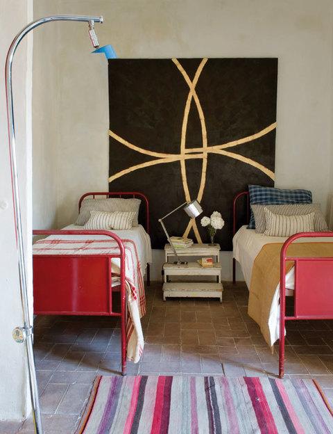 en el dormitorio doble camas de jean prouv vestidas con linos antiguos de dalla