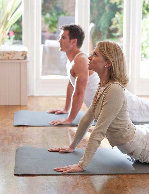 """Hay mucho de mito en esta práctica y muy poco del extasiante placer sexual que supuestamente proporciona. Pero practicar yoga juntos sí puede ayudaros a aumentar la conexión entre vosotros, a incrementar las sensaciones corporales, a practicar posturas que requieren más fuerza y flexibilidad, a ser más pacientes y reforzar los vínculos afectivos. Una buena aproximación es """"Yoga en pareja"""", de Guillermo Ferrara (Océano Ámbar)."""
