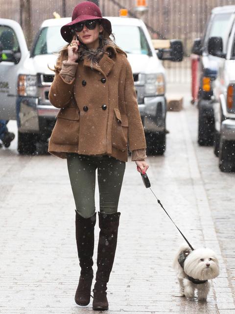 Aún no hemos podido ver outftis primaverales de Olivia Palermo que se protege del frío en Nueva York con botas altas, abrigo corto camel y sombrero burgundy.