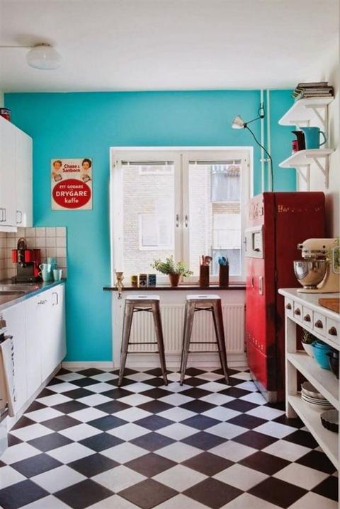 todo un clsico de las cocinas vintage se alegre con la pared pintada de azul