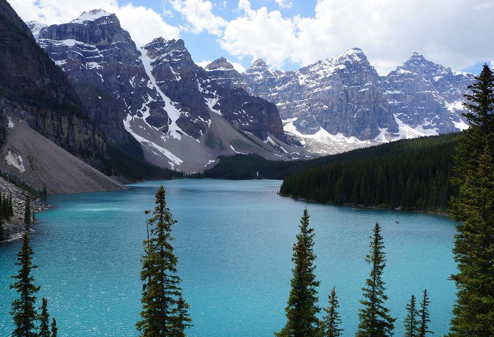 Se encuentra en el parque nacional Banff, en Alberta, y es conocido por sus aguas color turquesa, alimentadas por un glaciar. Aunque esas aguas no las puedes ver en cualquier época del año: como está a 1883 metros de alto, el deshielo no empieza hasta junio, por lo que hasta finales de ese mes o principios de julio no disfrutarás de este color.