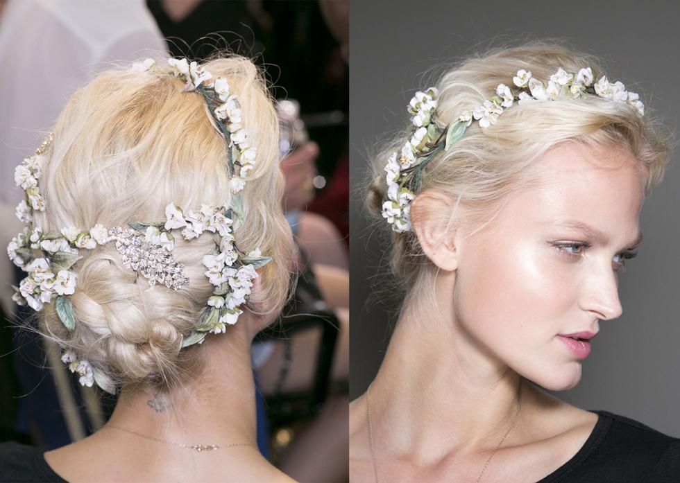 Un detalle romántico que realza y sofistica de por sí el peinado que lleves, tanto si es suelto como si es recogido. Atenta a la elección del tono de las flores porque no todos quedan bien ni destacan igual en el cabello.