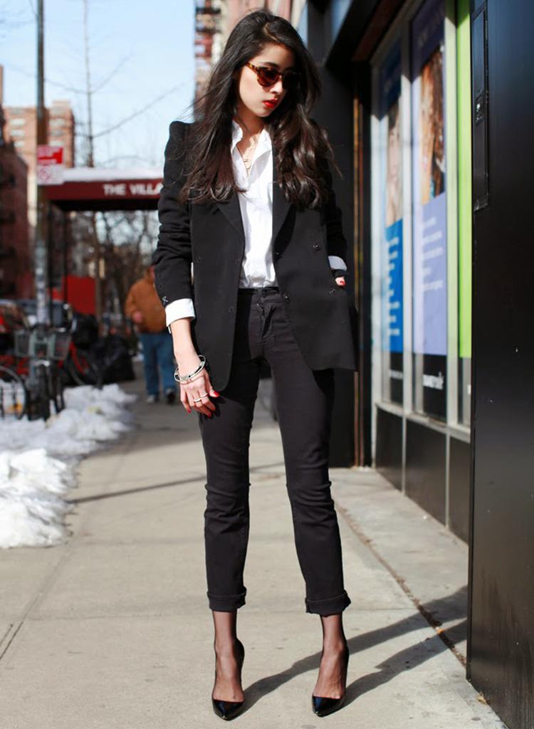 Como combinar blazer negro de mujer