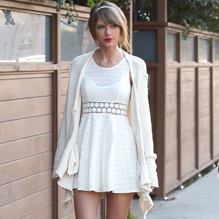 Soрів±ar con vestido blanco de fiesta