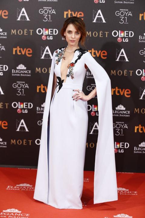 Medalla de oro de lo más merecida para Leticia Dolera con este original vestido de Alicia Rueda en azul cielo con mangas capa y bordados de flores y golondrinas.