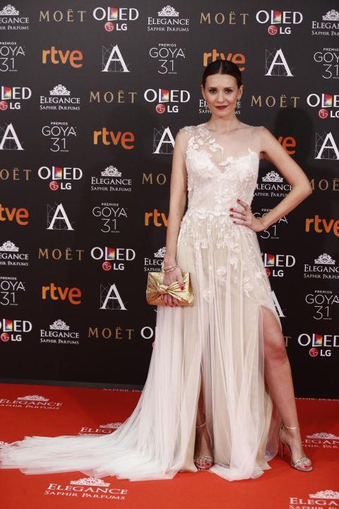 Una princesa de alfombra roja Elena Ballesteros con este diseño de en tono marfil con motivos florales deMonique Lhuillier.