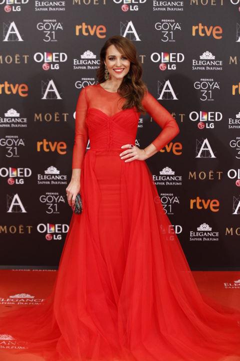 Nuestra bloguera se convirtió en la mujer de rojo con este impresionante vestidode JV byJorge Vázquez. Muy importantes sus accesorios:pendientes de Tous, clutch de Mibúh y sandalias de Lodi.