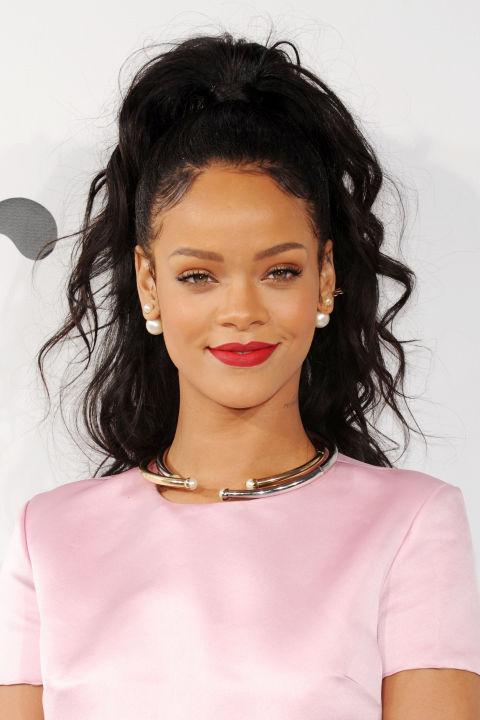 Alta y al centro con ondas (Rihanna)