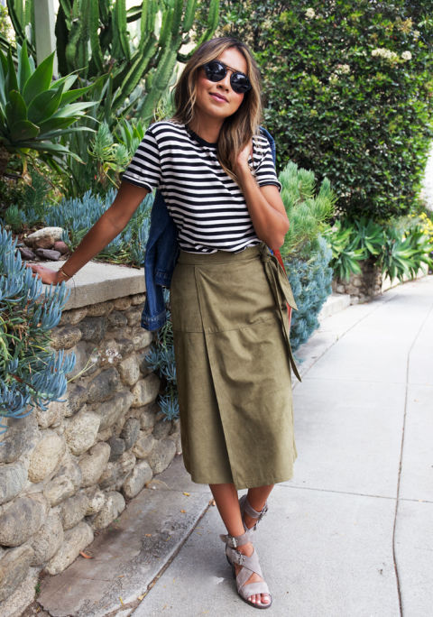 Falda midi y camiseta de rayas.