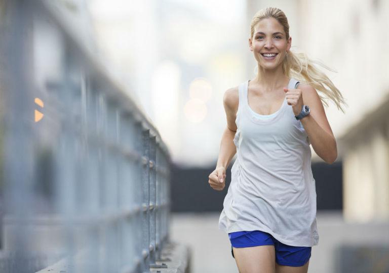 Practicar deporte al aire libre libera endorfinas y aumenta la sensación de felicidad.