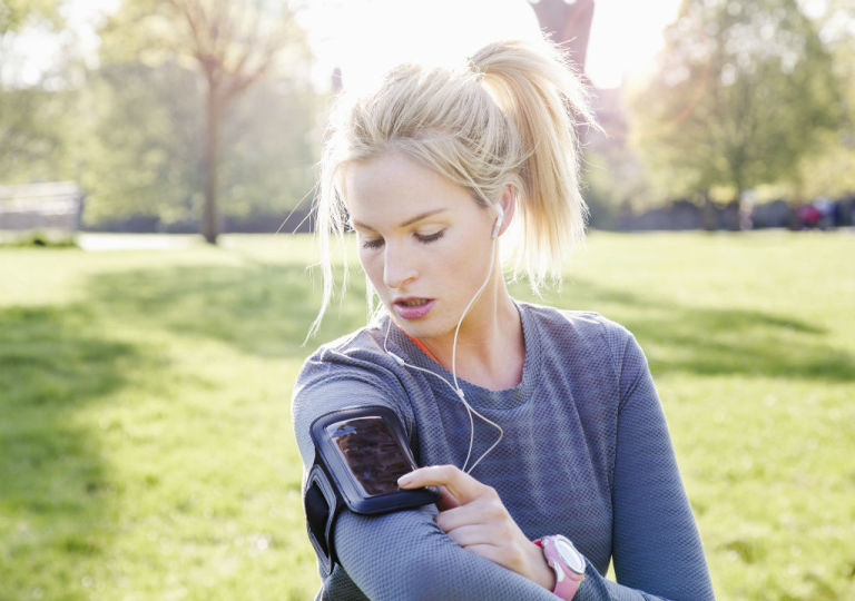 Cuando hacemos deporte al aire libre nos beneficiamos de la vitamina D que aporta el sol.