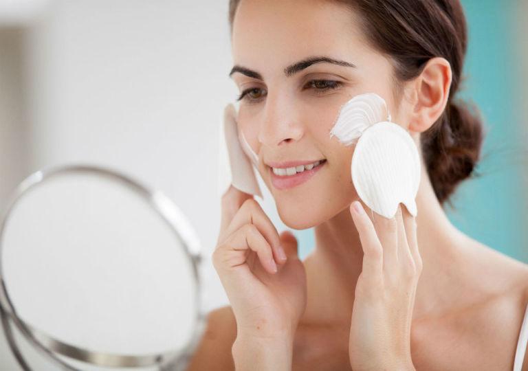 La limpieza facial es esencial para el cuidado de la piel grasa