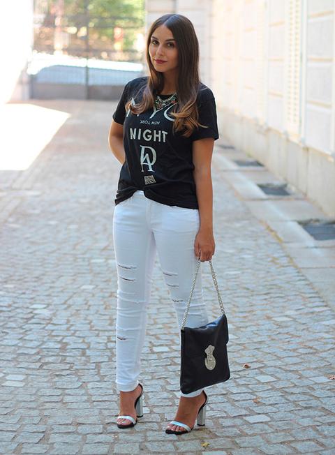 Si tu estilo te lo permite, arriesga y contrasta los vaqueros blancos con camiseta de estilo rockero.
