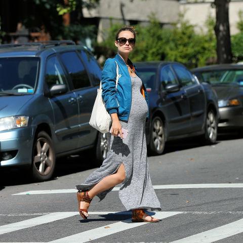 Incluso en un look de embarazada se puede llevar un'Bomber'.Olivia Wilde nos los demuestra.