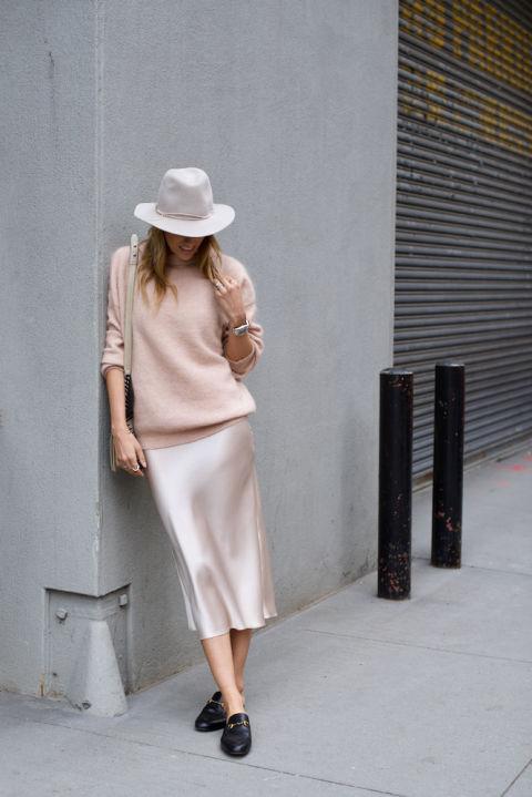 Hasta la falda lencera rosa puede salir a la calle acompañada de un jersey y mocasines planos. En Mind Body Swag.