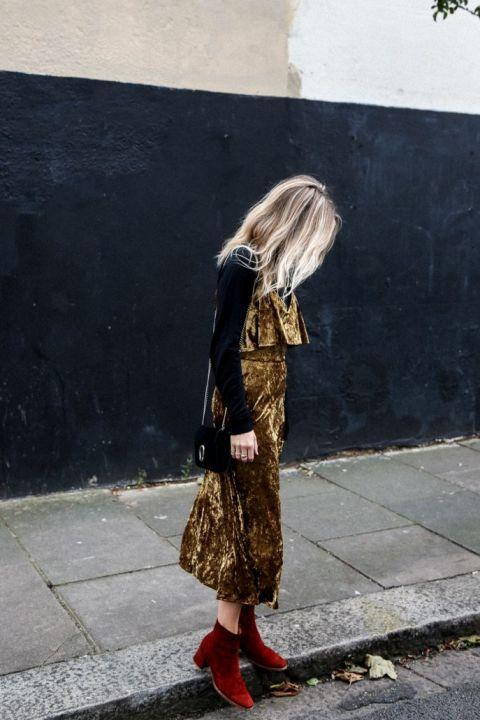 Reutiliza ese vestido de terciopelo dorado, añadiendo debajo un jersey de cuello alto.En Fashion me now.