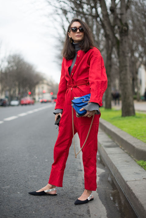 ¿Buscas un estilismo cómodo y desenfadado? Busca unos destalonados planos y llévaloscon un 'boiler suit' o mono largo. Funciona.